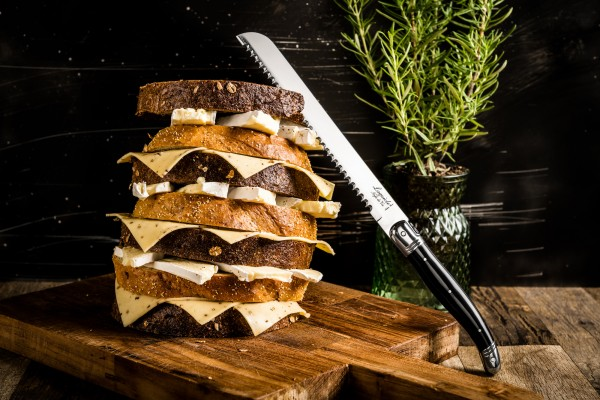 Brotmesser Schwarz im Holzbehälter
